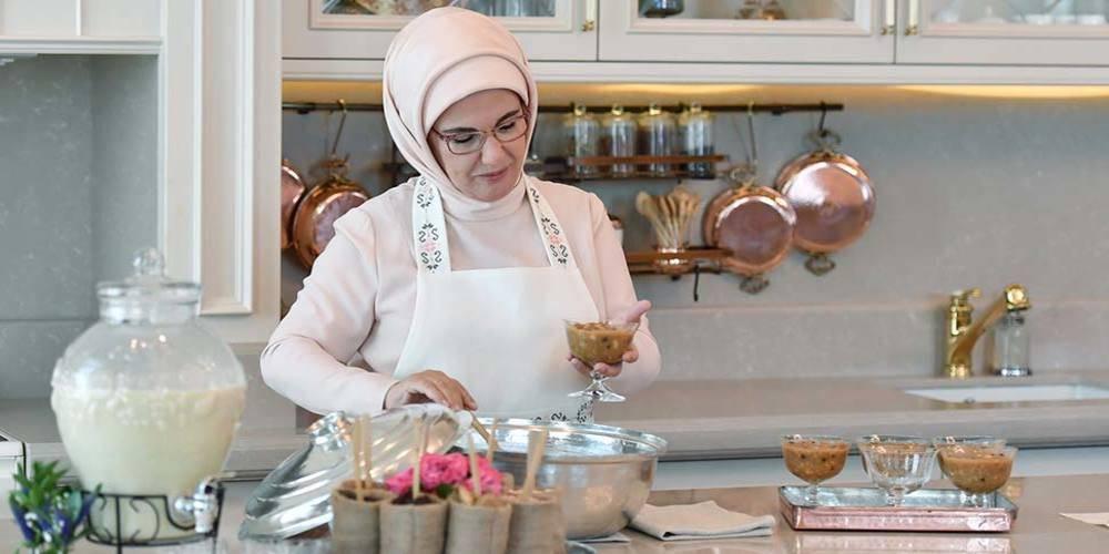 Emine Erdoğan, Twitter'dan aşure tarifi paylaştı:  Şeker kullanmadım, üzüm pekmeziyle tatlandırdım