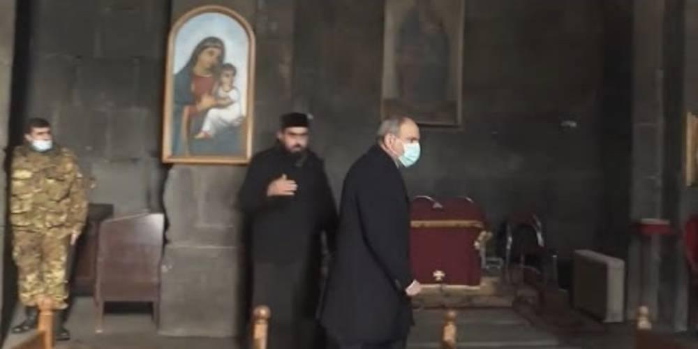Papaz, Nikol Paşinyan'ı kiliseden kovdu