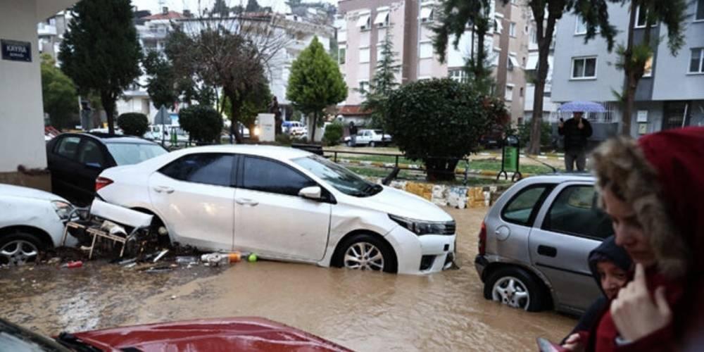 İzmir'de sağanak yağış hayatı felç etti! Kamu çalışanları izinli sayılacak
