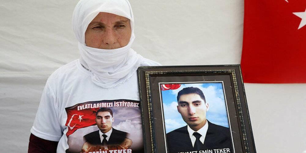Bir evlat nöbeti de Muş'ta! Evladı PKK tarafından dağa kaçırılan anne Muş'taki HDP binası önünde nöbette…