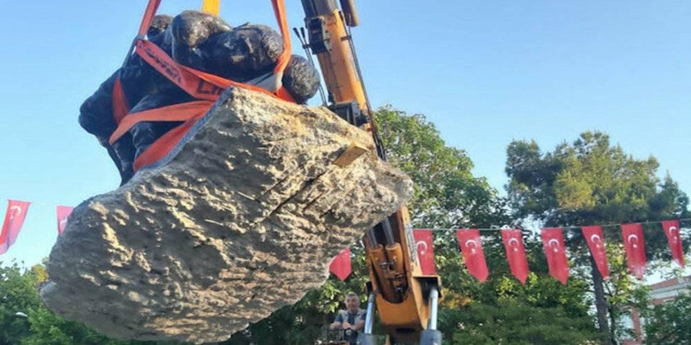 CHP'li Edirne belediyesi bu kez 'yeterince görülmüyor' diyerek heykel taşıdı