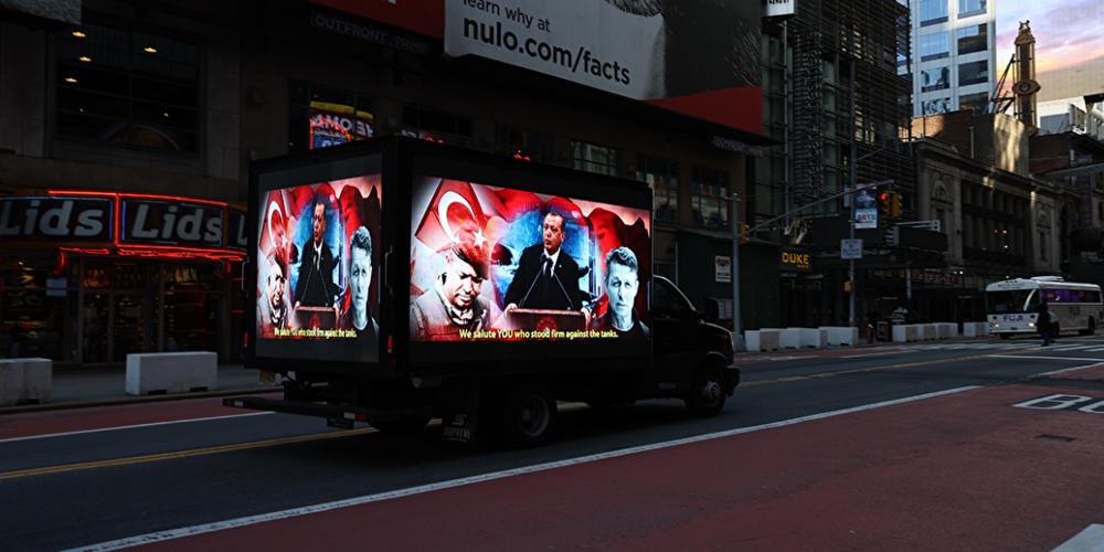 New York Times Meydanı'ndaki FETÖ'nün 'Stop Erdogan' ilanına karşılık, TASC tarafından 15 Temmuz darbe girişimini anlatan görseller yayınlandı