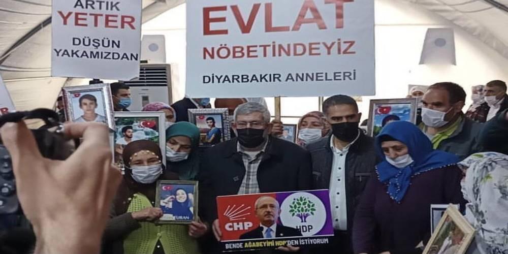 """Kemal Kılıçdaroğlu'nun kardeşi Celal Kılıçdaroğlu, """"Ben de ağabeyimi HDP'den istiyorum"""" pankartıyla Diyarbakır Anneleri'nin eylemine katıldı"""