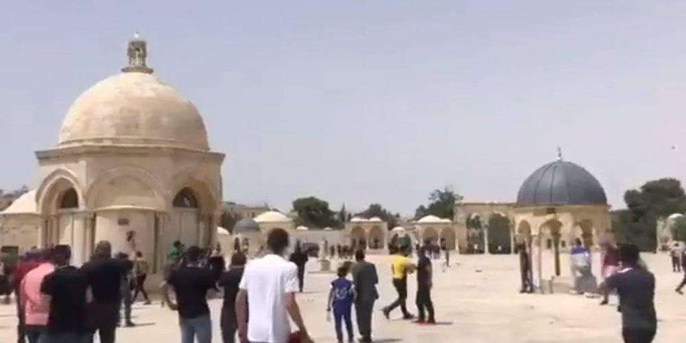 İsrail polisi, Mescid-i Aksa'daki cemaate ses bombalarıyla saldırdı