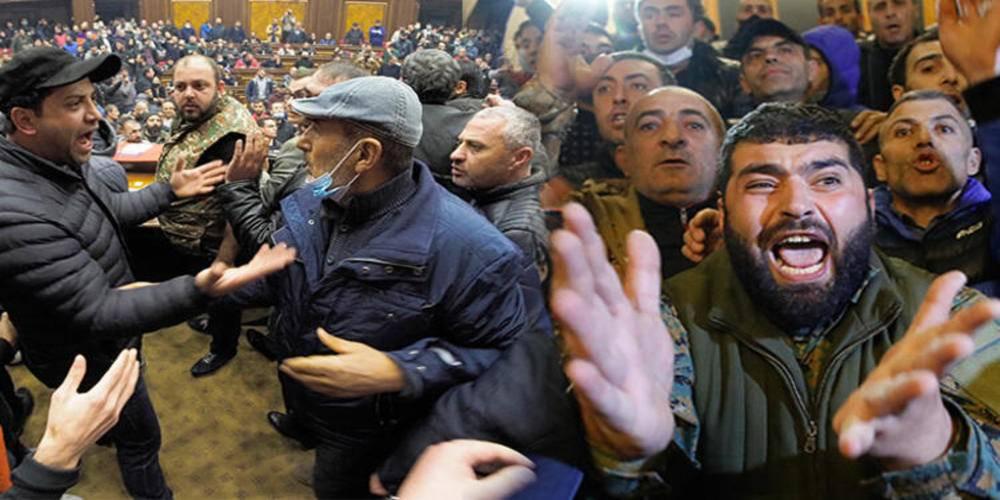 Ermenistan'da eylemciler hükümet binasını bastı