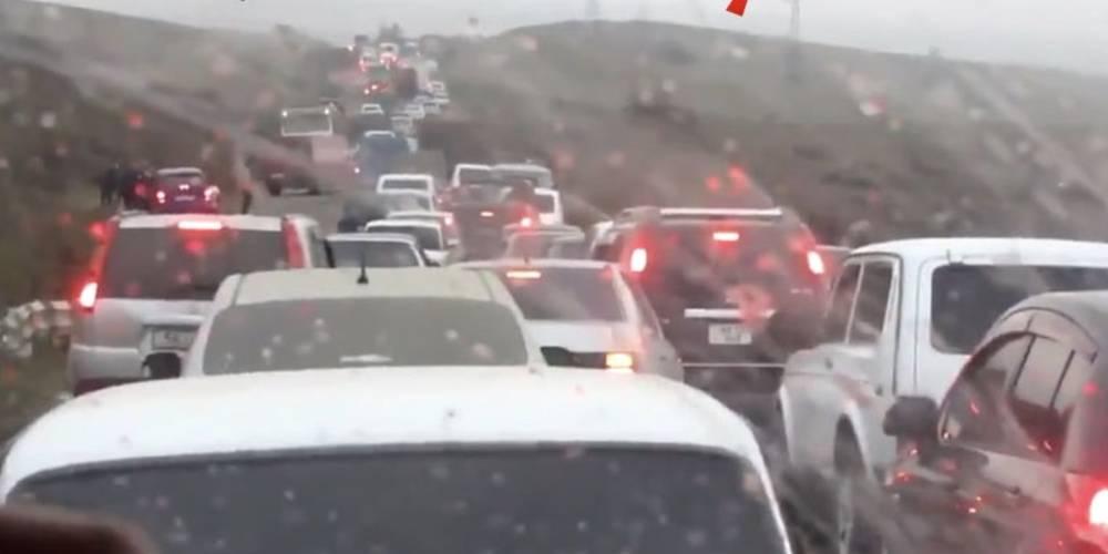 İşgalciler kaçıyor... Hankendi'den Erivan'a kaçan Ermenilerin araç kuyruğu