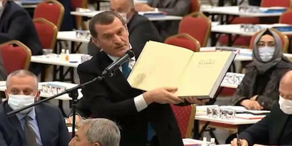 İBB basın kanunu çiğnedi! Kitaplarda mecburi olan sayfaları giyotin ile kestiler