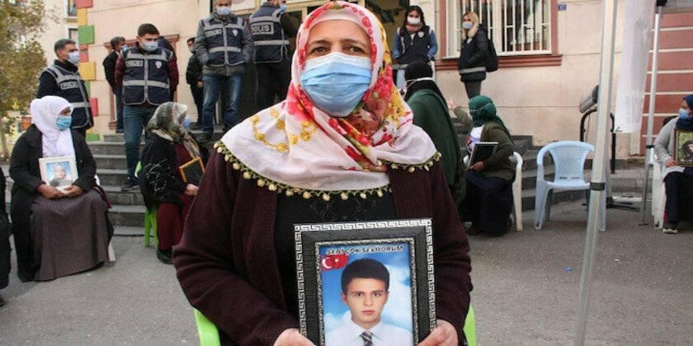 Evlat nöbetindeki ailelerden HDP'lilere tepki: Çocukları PKK'ya sattılar, kan parasıyla lüks araçlara biniyorlar