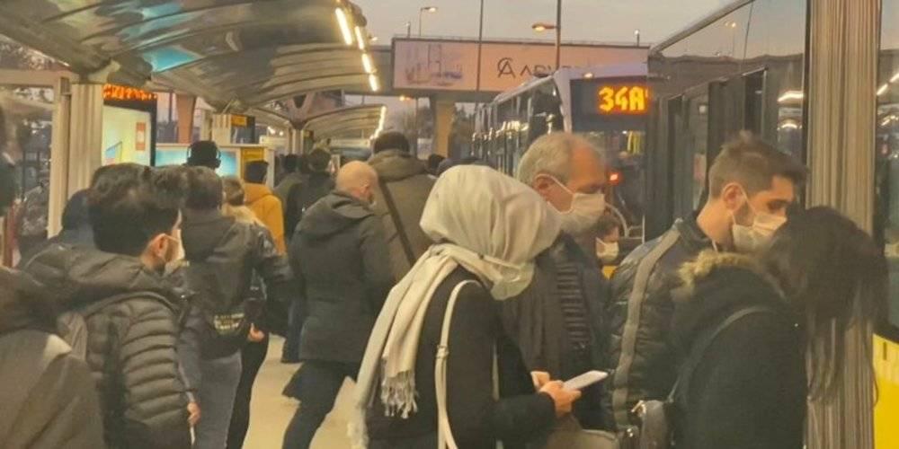 Metrobüs durağında yoğunluk: Tıkış tıkış gittiler