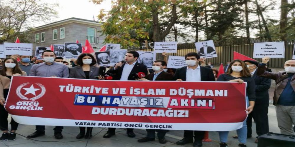 """Vatan Partili gençlerden Fransa Büyükelçiliği önünde protesto: """"İslam uygarlığına, Hz. Muhammed'e saldıranlar, insanlığa ve büyük medeniyet birikimine saldırmaktadır"""""""