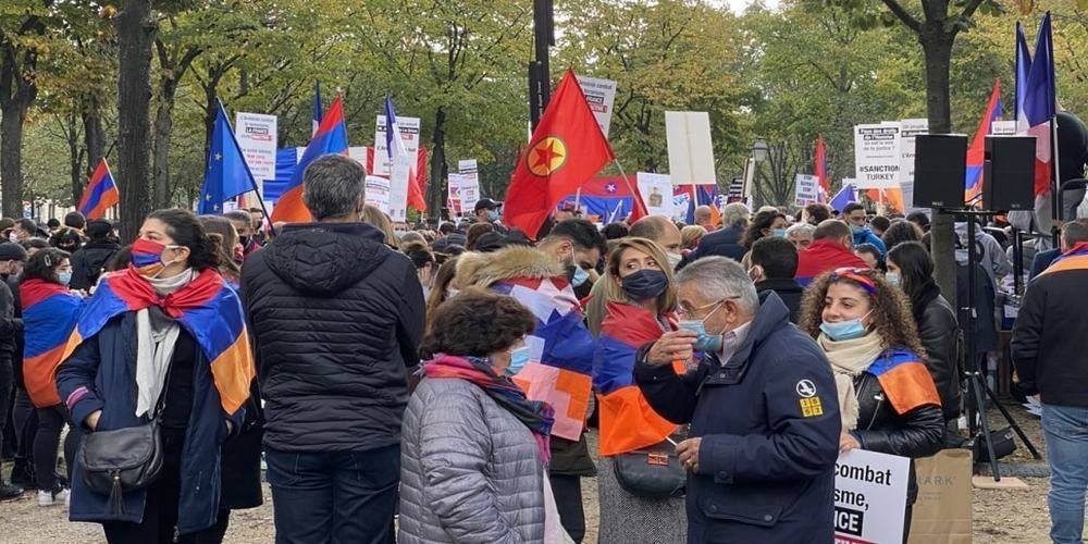 Paris'te PKK ile el ele Ermenistan'a destek gösterisi...  Terör örgütü paçavraları ile AB bayrakları aynı karede
