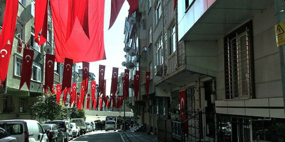 Şehit Esma Çevik'in babaevine asılan bayrak yere atılmıştı: Vatandaşlar tüm mahalleyi bayrakla donattı