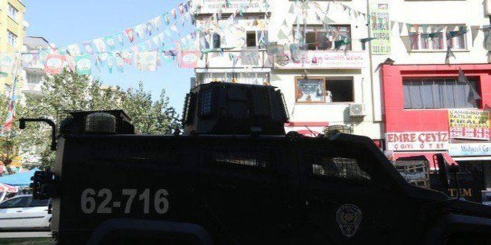 Diyarbakır'da HDP'li eş başkanlar gözaltında...